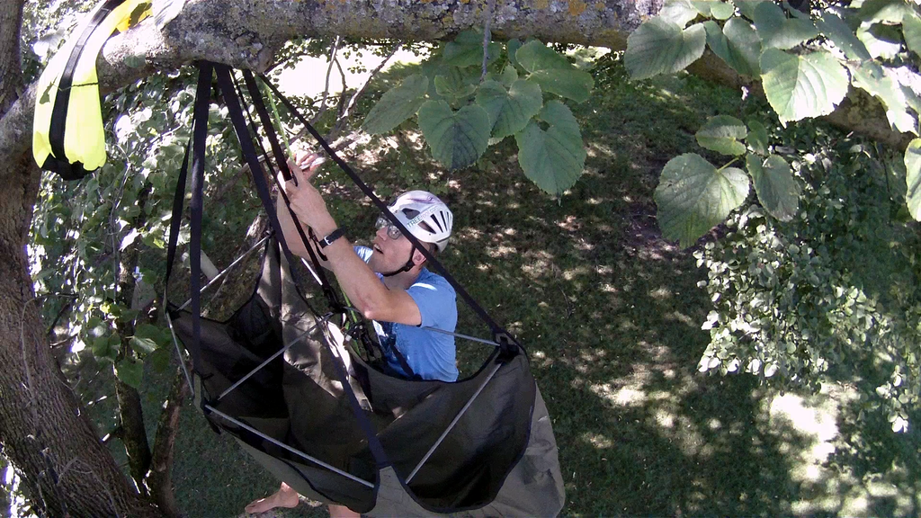 i am now the proud owner of a single point hammock and i couldn u0027t be more happy  tom claytor u0027s bat hammock was such a cool concept     video  mosquito hammock u0027s bat hammock review   treefool    rh   treefool